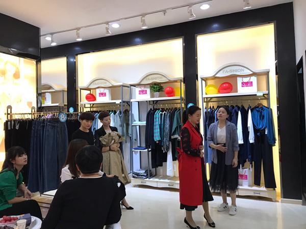 秋之恋女装店铺展示